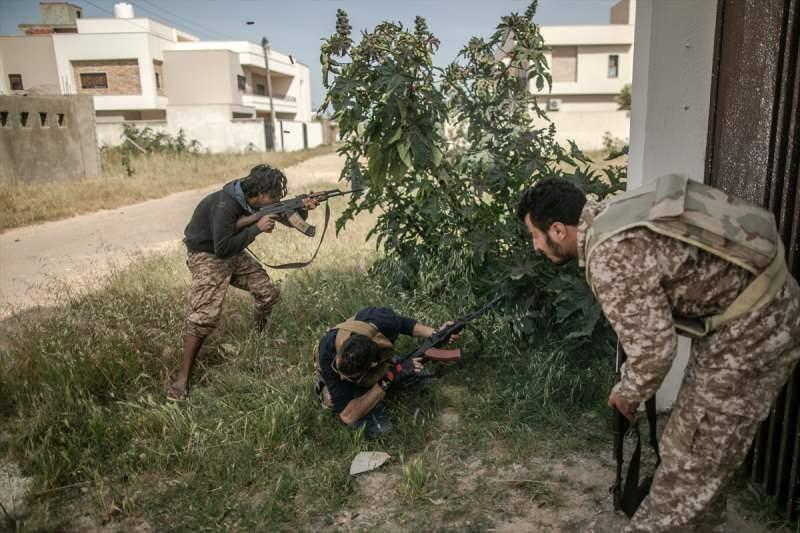 """Birleşmiş Milletler (BM) nezdinde meşru Libya Ulusal Mutabakat Hükümeti'nin (UMH), başkent Trablus'un güneyindeki Hafter milislerine karşı bütün cephelerde başlattığı """"Barış Fırtınası Operasyonu"""" sürüyor. UMH birlikleri, operasyon kapsamında başkentin güneyindeki Selahaddin bölgesinde, ülkenin doğusundaki gayrimeşru silahlı güçlerin lideri Halife Hafter milisleri ile çatıştı."""