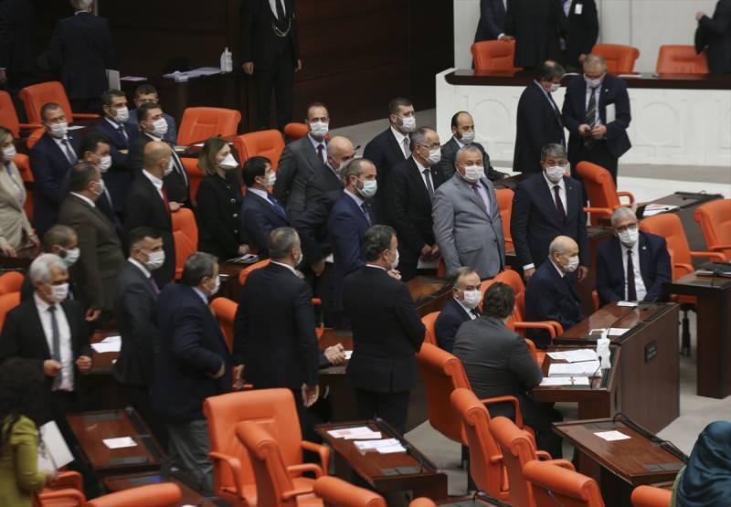 Bu arada MHP Genel Başkanı Devlet Bahçeli de teklifin Genel Kurul görüşmelerini takip etmek üzere Meclise geldi. Koronavirüsle mücadele tedbirleri kapsamında tıbbi maske takan Bahçeli, Genel Kurul Salonu'na, AK Parti ve MHP milletvekillerinin alkışları arasında girdi.