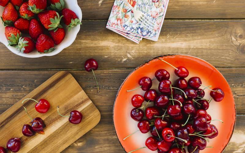 kiraz ve çilek vücudun sıvı oranını artıran besinlerdir
