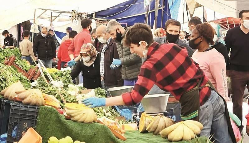 Beylikdüzü'nde kurulan semt pazarındaki kalabalık dikkat çekti.