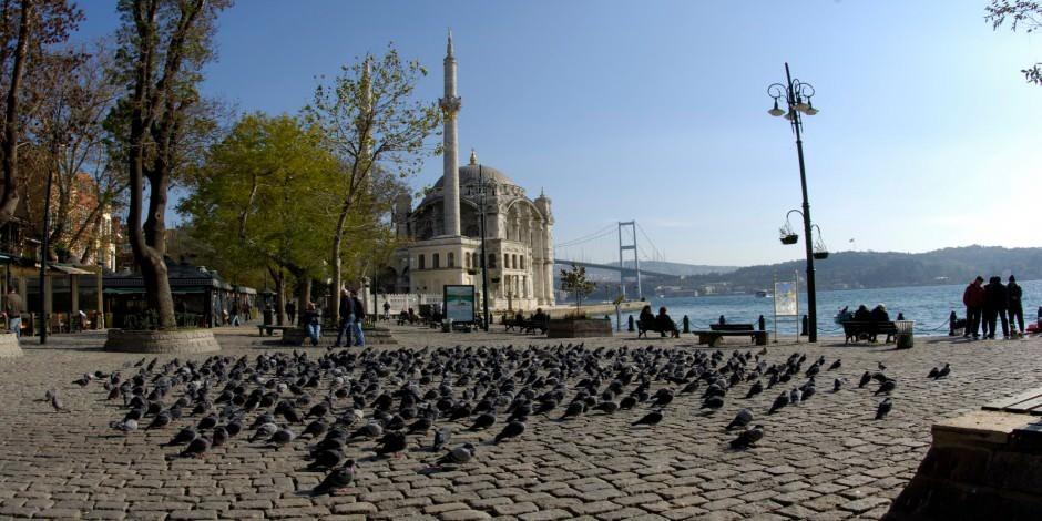 Ortaköy Camii (Büyük Mecidiye) yaşayan tarihi ile boğaz manzarasını sunuyor