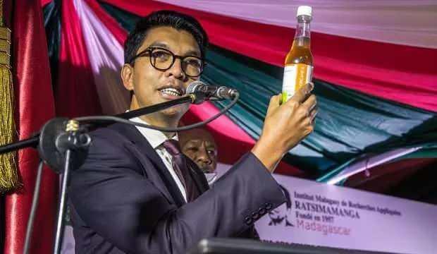 Madagaskar Cumhurbaşkanı Andry Rajoelina, yeni tip koronavirüse karşı geliştirdiklerini öne sürdüğü bitkisel ilacı kameralar önünde içti.
