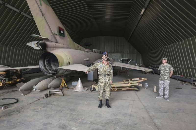 Ele geçirilen üsten bir kare... Askeri üsse gelen Libya Ordusu Sözcüsü Muhammed Kanunu incelemelerde bulundu...
