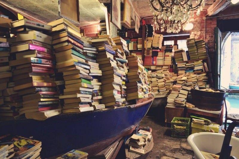 hasta sadece kitap biriktirir
