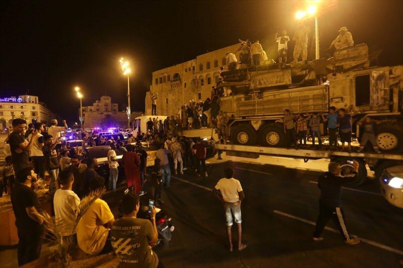 Libya hükümeti, orduya bağlı hava unsurları tarafından imha edilen ülkenin doğusundaki gayrimeşru silahlı güçlerin lideri Halife Hafter milislerine ait Rus yapımı Pantsir hava savunma sistemlerinden birisini başkent Trablus'ta sergiledi