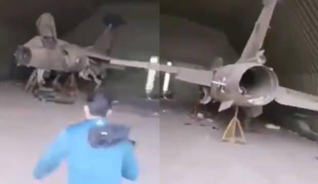 Üssün içindeki bir hangarda yer alan savaş uçaklarının hali...