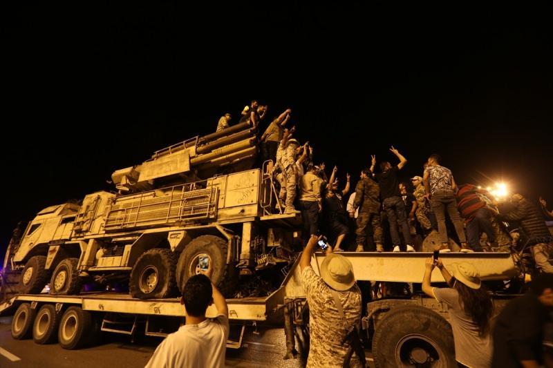 Libya hükümeti, orduya bağlı hava unsurları tarafından imha edilen ülkenin doğusundaki gayrimeşru silahlı güçlerin lideri Halife Hafter milislerine ait Rus yapımı Pantsir hava savunma sistemlerinden birisini başkent Trablus'ta sergiledi. Libya 17 Şubat devriminin simgelerinden Şehitler Meydanı'nda getirilen Pantsiri görmek için binlerce Libyalı meydana akın etti.