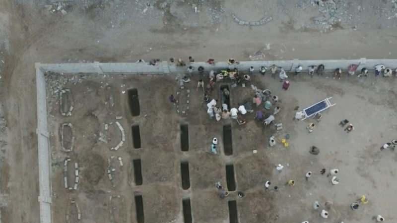 Açılan toplu mezarlar havadan böyle görüntülendi...