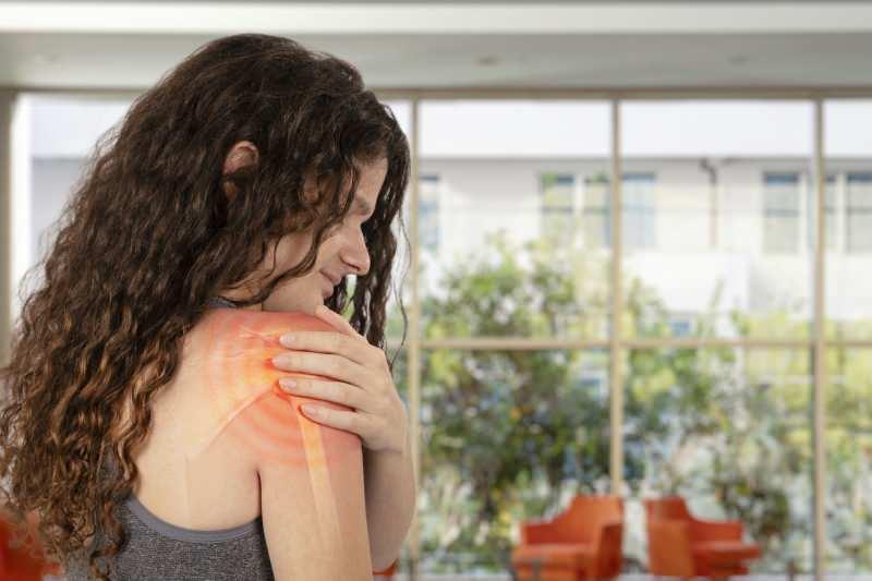 donuk omuz kadınlarda yaygın olarak görülür