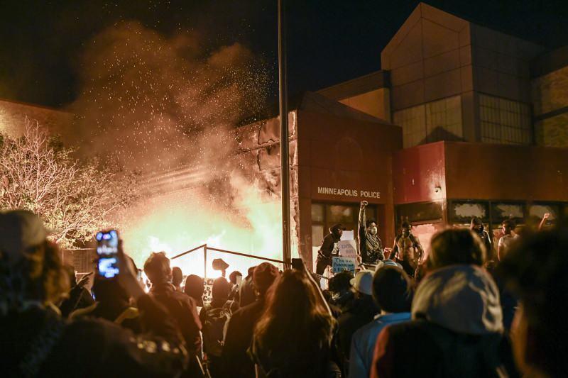 Minneapolis Polis Merkezini ateşe verildi....