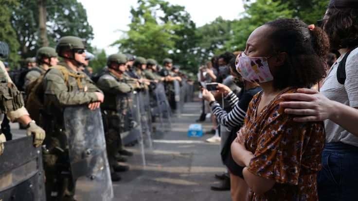 Ordu halkla karşı karşıya geldi.