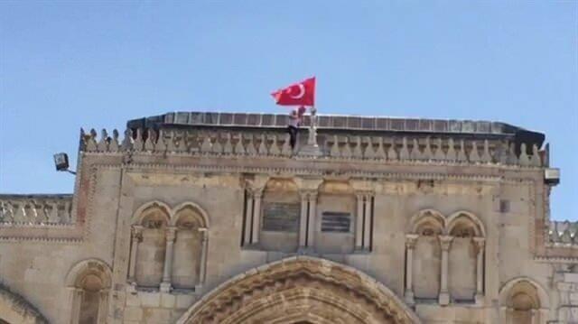 Filistinli gençler Mescid-i Aksa'nın üstüne Türk bayrağı asmıştı....