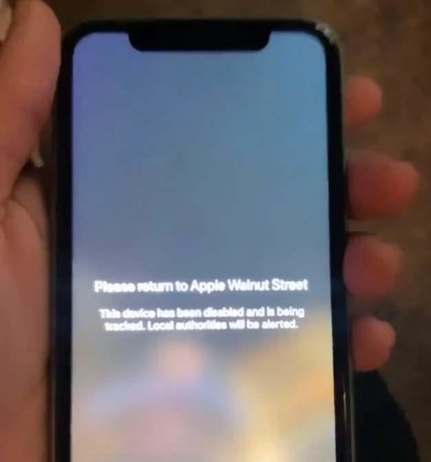 """Ekranda, """"Lütfen Apple Walnut Street mağazasına geri götürün. Cihaz kilitlenmiştir ve yetkililer bilgilendirilmiştir"""" yazıyor."""