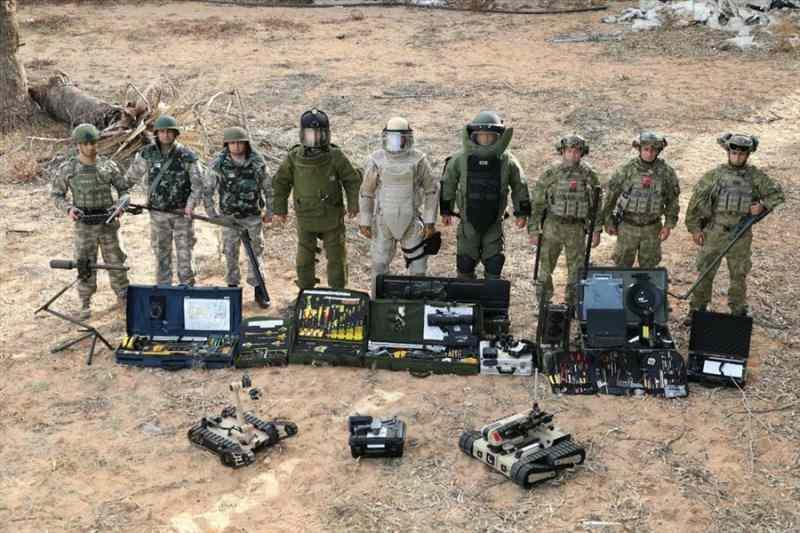 MİLLİ Savunma Bakanlığı, darbeci General Hafter'in, Libya'da işgal ettiği bölgelerin kurtarılmasıyla birlikte Hafter milislerinin döşedikleri mayınların Türk Silahlı Kuvvetleri bomba imha uzmanları ve El Yapımı Patlayıcı Tespit İmha (METİ) timleri tarafından temizlenmeye başlandığını duyurdu.