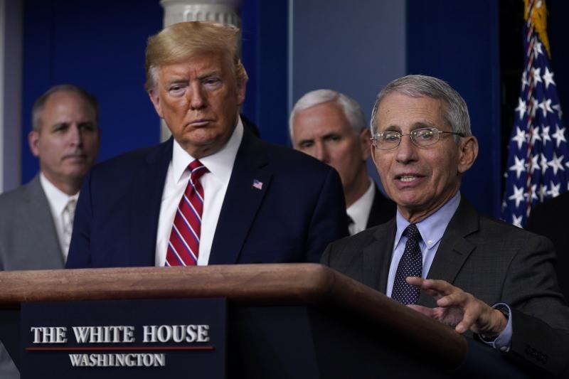 Trump ve Fauci'nin daha önce Beyaz Saray'da düzenlediği basın toplantısından bir kare