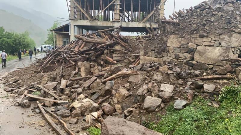 Afet ve Acil Durum Yönetimi Başkanlığı (AFAD), saat 17.24'te merkez üssü Bingöl'ün Karlıova ilçesi olan 5,7 büyüklüğünde deprem meydana geldiğini bildirdi. Yedisu ilçesinin Elmalı ve Dinarbey köylerinde bazı evlerde çökme meydana geldi.