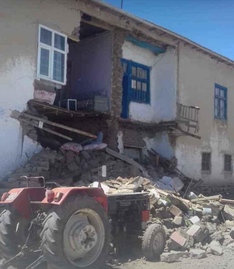 Son dakika: Van'daki 5.4'lük depremde köylerdeki bazı evler hasar gördü.