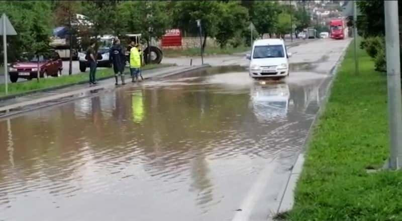 Ankara'nın Nallıhan ilçesinde akşam saatlerinde etkili olan sağanak yağmur sonrası caddeler göle döndü.