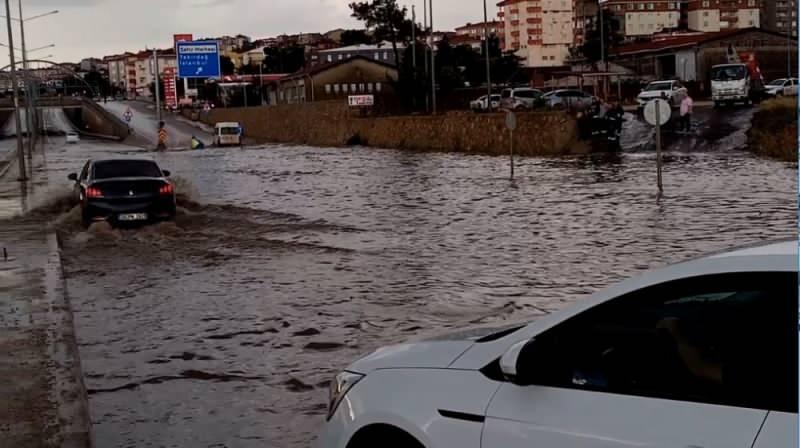 Tekirdağ'ın Malkara ilçesinde şiddetli sağanak yağış ve dolu nedeniyle ilçe girişi göle döndü.