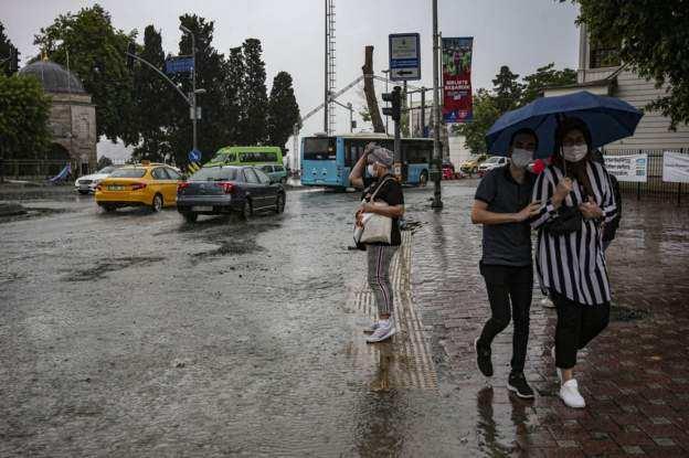 Son dakika: Yağmur kent merkezinde Üsküdar ve Beşiktaş gibi ilçelerde su baskınlarına yol açtı.
