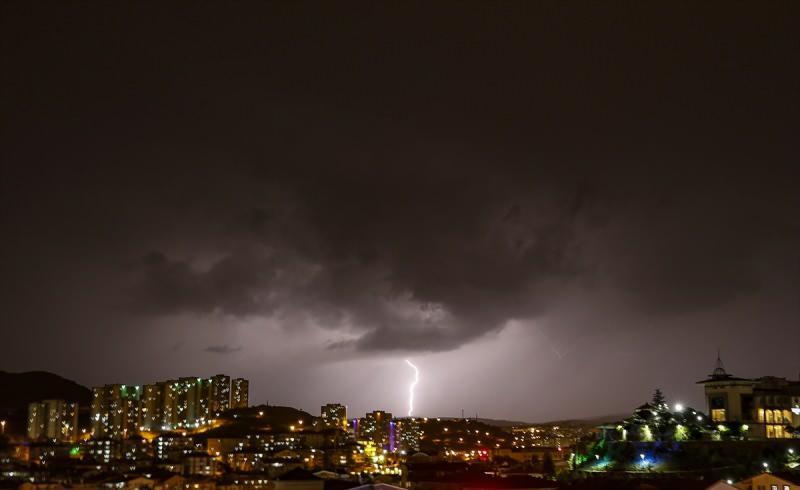 Ankara'da akşam saatlerinde sağanak yağış etkili oldu. Kentin bazı bölgelerinde yağmurla birlikte çakan şimşekler, gökyüzünü aydınlattı.