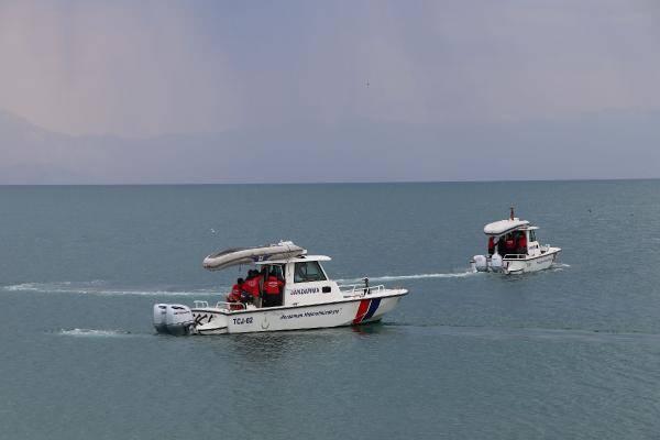 Van Gölü'nde tekne battığı ihbarı üzerine arama kurtarma ekipleri harekete geçmişti