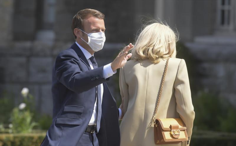 Fransa'da vatandaşlar yeni tip koronavirüs (Kovid-19) salgını sürecinde yerel seçimlerin ikinci turu için sandık başına gitti. Fransa Cumhurbaşkanı Emmanuel Macron ve eşi Brigitte Macron'un oy kullandığı görüntüler