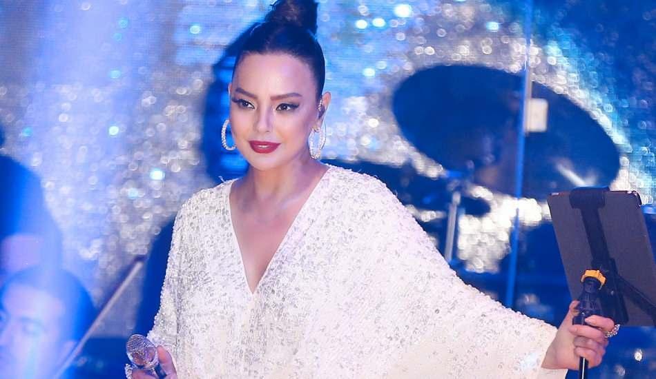 Şarkıcı Ebru Gündeş'den koronavirüs uyarısı!