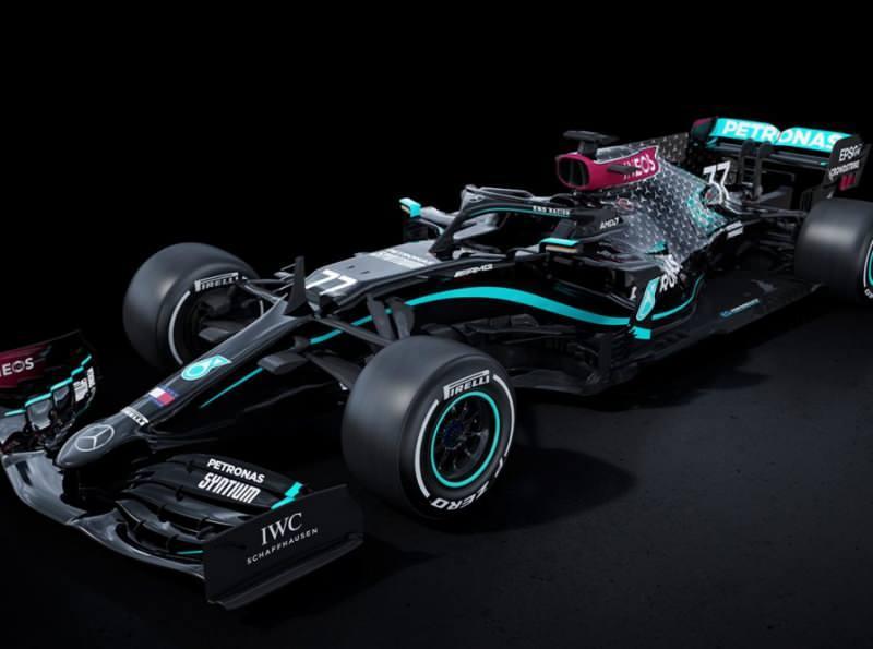 Mercedes siyah Formula 1 aracı