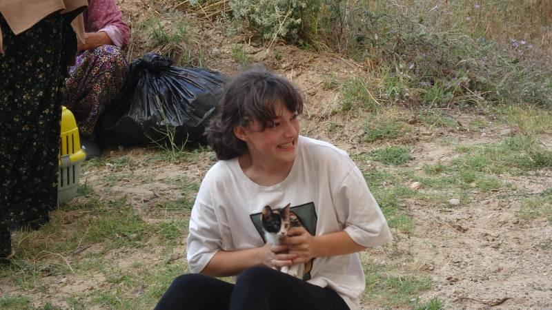 Vatandaşlar kendi imkanları ve kurum araçlarıyla köylerinden uzaklaşırken, bir kız çocuğunun kedisine sarılarak ağlaması dikkat çekti.