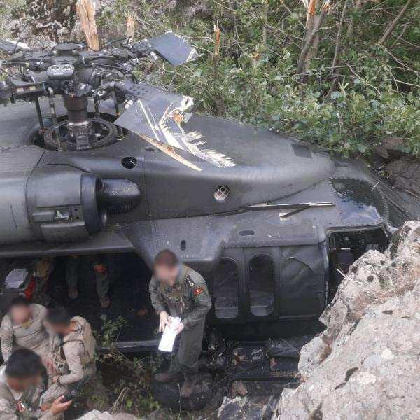 Zorunlu olarak iniş yapan helikopterdeki personeller yara almadan kurtuldu.