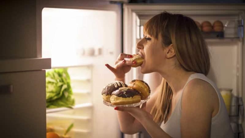 aşırı yemek yedikten sonra pişman olup kusmaya başlar ancak bu durum kan şekerini olumsuz etkiler