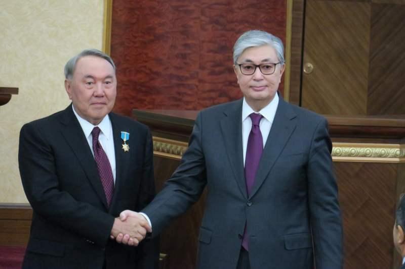 Nursultan Nazarbayev (solda) ve Kasım Cömert Tokayev (sağda)