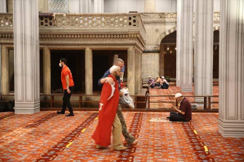 Yarın kılınacak cuma namazı ile 86 yıl sonra ibadete açılacak Ayasofya Camisi'nde hazırlıklar sürüyor. Bu çerçevede başta Sultan Ahmet olmak üzere bölgedeki 21 cami sabaha kadar açık olacak.