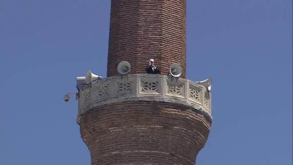 Ayasofya minarelerinden ilk sela okunmaya başlandı.