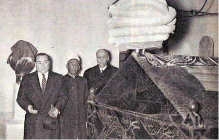 Adnan Menderes, Libya'da Turgut Reis'in kabrinde dua ediyor.