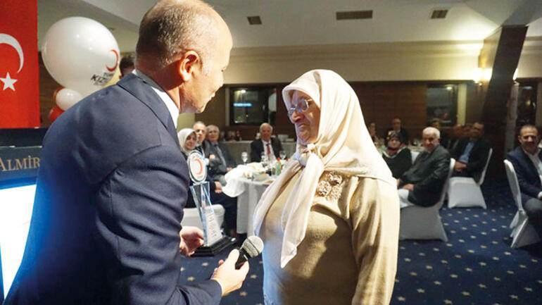 """Yaptığı bağış sonrası """"Çilek Anne"""" Müzeyyen Gündoğdu'ya Türk Kızılay'ı tarafından düzenlenen törenle plaket verildi."""