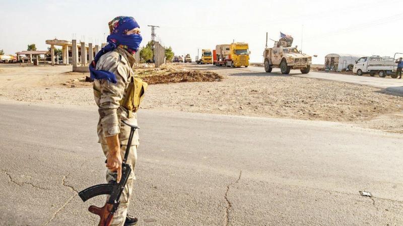 Terör örgütü, ABD'nin desteğiyle kendilerine karşı mücadele başlatan Akidet aşiretinin bulunduğu beldelerin giriş çıkışını kapattı.