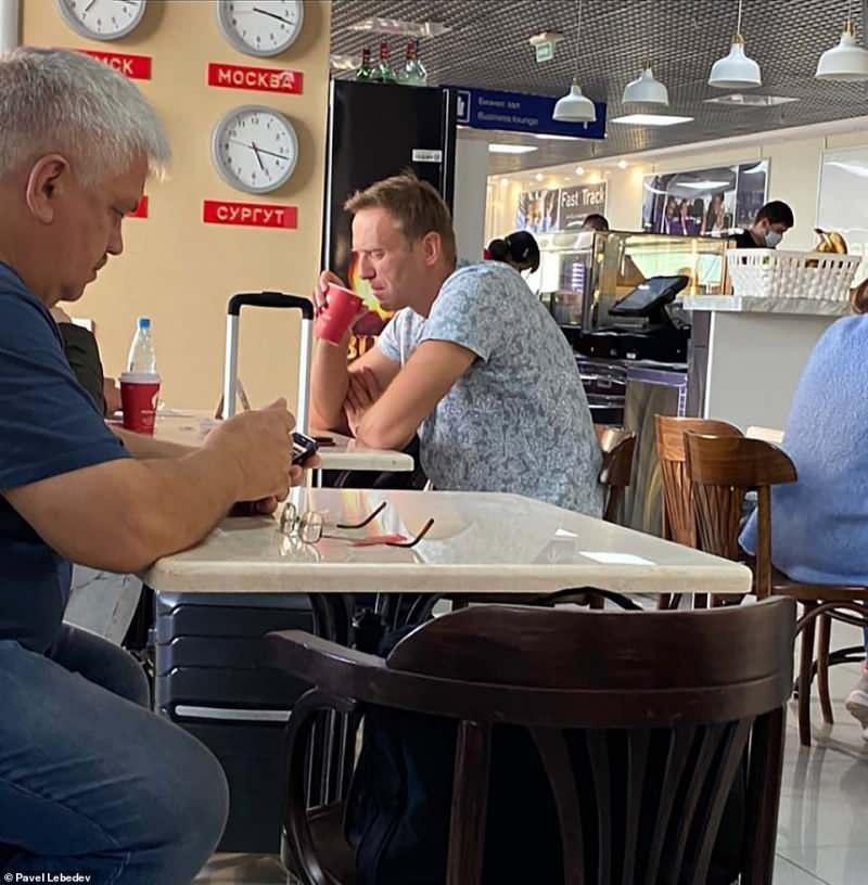 Havalimanında çay içerken böyle görüntülendi.