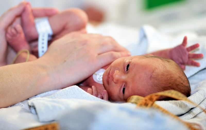 Yeni doğan bebekler kuvözde kaç gün kalır?