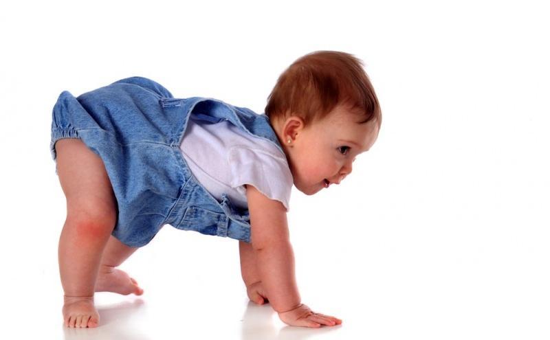 Emekleme belirtileri! Bebeklerde geç emekleme