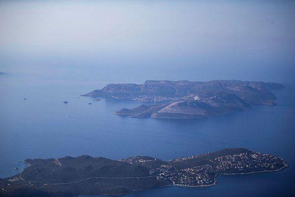 Meis Adası, Türkiye'nin ana kara parçasına sadece birkaç kilometre uzaklıkta.