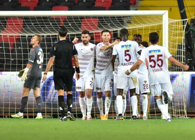 Hataysporlu futbolcular, takımlarını 2-0 önce geçiren golün ardından sevinç yaşadı.