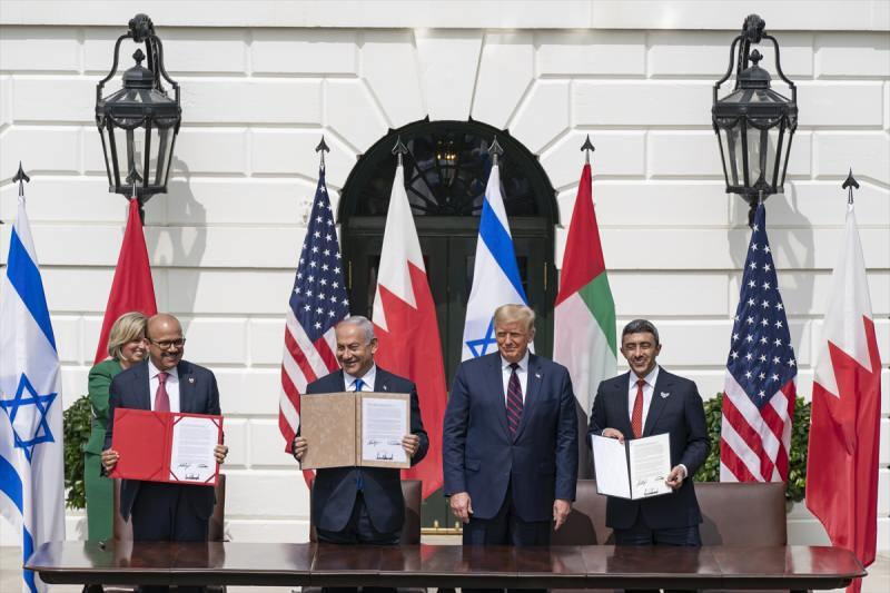 İsrail ile Birleşik Arap Emirlikleri (BAE) ve Bahreyn arasında varılan 'ilişkilerin normalleştirilmesine' yönelik anlaşmalar, Beyaz Saray'da ABD Başkanı Donald Trump ve İsrail Başbakanı Binyamin Netanyahu'nun da katılımıyla imzalandı. İmza törenine, BAE Dışişleri Bakanı Abdullah bin Zayid Al Nahyan ve Bahreyn Dışişleri Bakanı Abdullatif bin Raşid ez-Zeyani de katıldı.