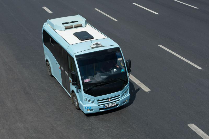 9+1, 11+1, 14+1 ve 16+1 olmak üzere İstanbul genelinde 6 bin 400 adet hatlı minibüs olduğunu da aktaran Bilge bu araçların yarısına koltuk eklenmesi gerektiğini ifade etti.