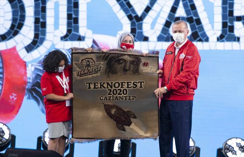 Teknofest'te birinci olanlar, ödüllerini Cumhurbaşkanı Erdoğan'dan aldı.