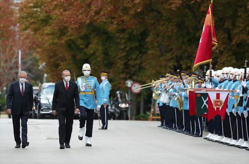 Cumhurbaşkanı Erdoğan, Cumhurbaşkanlığı Muhafız Alayı tarafından resmi törenle Celal Adan tarafından karşılandı.