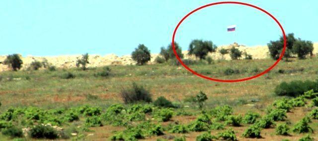 Terör örgütü PKK'nın Afrin'in Türkiye sınırına yakın noktaya diktiği Rus bayrağı