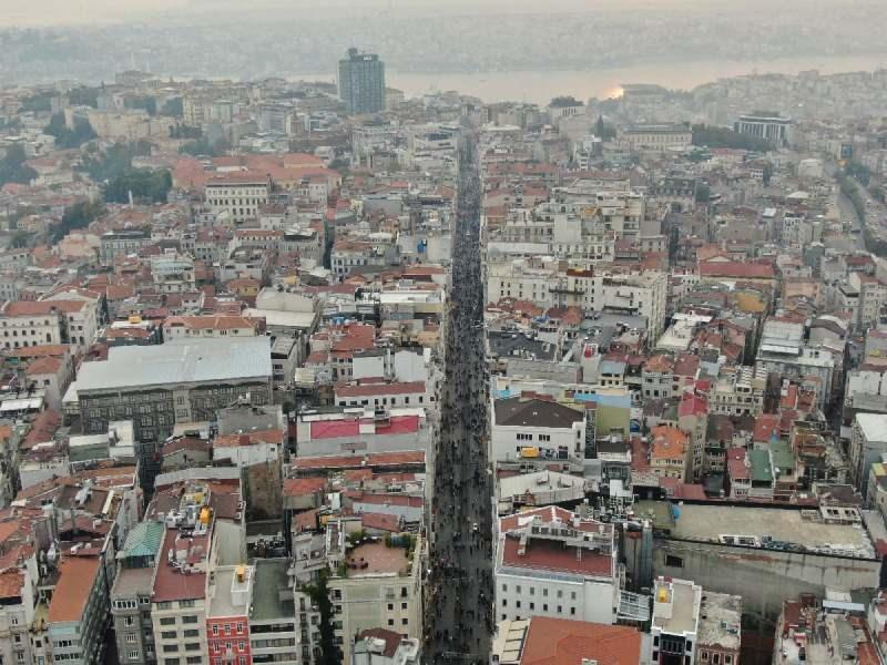 Dün öğle saatlerinde İstiklal Caddesi'nin görünümü. Fotoğraf: İHA