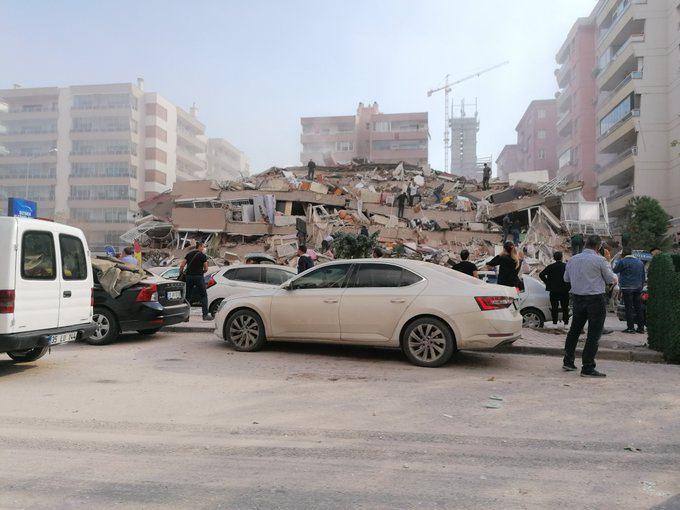 Son dakika deprem: İzmir'de meydana gelen deprem sonrası çok sayıda binanın yıkıldığı bildirildi.